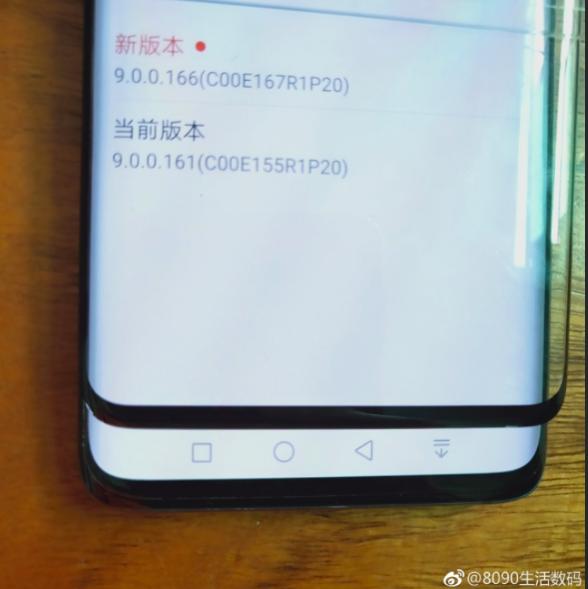 Фото защитного стекла для Samsung Galaxy S10+ демонстрирует дизайн устройства