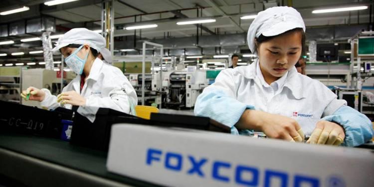 Производитель iPhone Foxconn делает медицинские маски